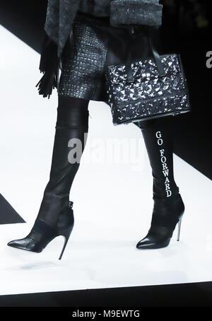 Tokio, Japón. 20 Mar, 2018. Una modelo muestra una creación del diseñador japonés Tae Ashida en su colección otoño/invierno 2018 en Tokio como parte de la Semana de la moda de Tokio el viernes, 23 de marzo de 2018. Crédito: Yoshio Tsunoda/AFLO/Alamy Live News