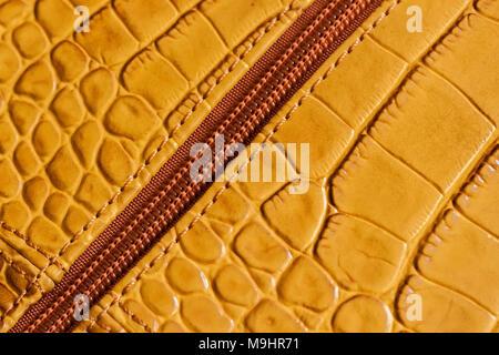 Detal de bolso de cuero auténtico, cremallera de metal. Perfil de minoristas, fabricación