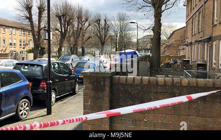 La escena de Ferncliff Road en Hackney, al este de Londres, después de que un hombre de 26 años murió después de que él fue baleado en la calle, en East London, el domingo, cuando la víctima se encontraba herido mortalmente.