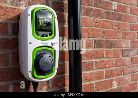 Un Rolec, doméstica, punto de carga de coches eléctricos en la pared de una casa. Foto de stock