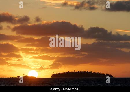 Sunset Island, cielo nuboso, Tikehau Atolón Archipiélago Tuamotu, Islas Sociedad, Polinesia Francesa, las islas de Barlovento