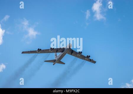 El Poderoso Buff Boeing B-52 Stratofortress bombardero en vuelo en el 2017 Airshow en Duluth, Minnesota, USA.