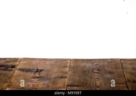 Mesa de madera vacías aislado sobre fondo blanco, utilizado para la visualización o el montaje de sus productos