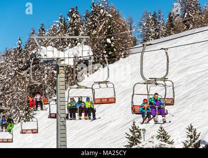 Un telesilla de esquí en la estación de esquí de Pila, Valle de Aosta, Italia