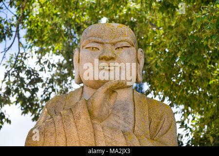 Una de las muchas estatuas de Buda Buda en el jardín de Edén. 35 hectáreas (86 acres) de los campos naturales, lagos, jardines cuidados a una hora al norte de Lisboa. B