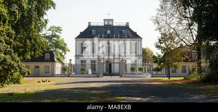 El palacio de Falkenlust. La Falkenlust palacios es un complejo de edificios históricos en Brühl, Renania del Norte-Westfalia, Alemania