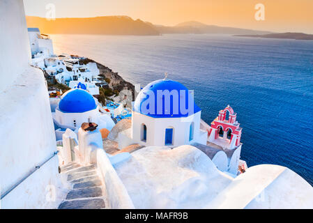 Santorini, Grecia. Oia, pueblo blanco con estrechos caminos adoquinados, famosa atracción de griego de las islas Cícladas, del mar Egeo.