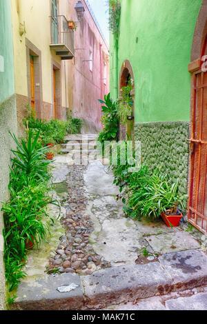 Colorida calle decoradas con macetas y plantas en el casco antiguo de Bosa, Cerdeña, Italia