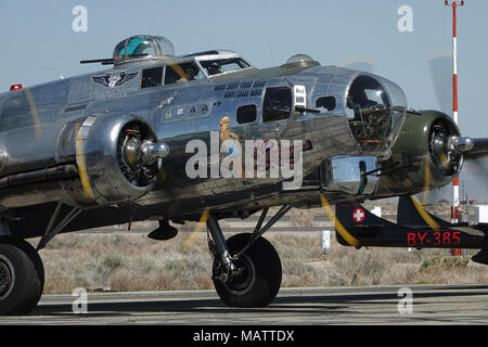 """Lancaster, CA / USA - Marzo 25, 2018: Un Boeing B-17 Flying Fortress, denominado """"Viaje Sentimental"""", lo prepara para un vuelo en el L.A. County Air Show."""