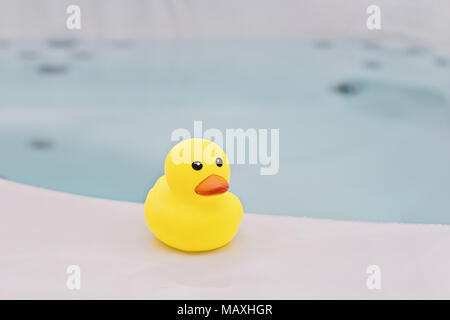 Patito amarillo pequeño baño en segundo plano. El tiempo del baño concepto