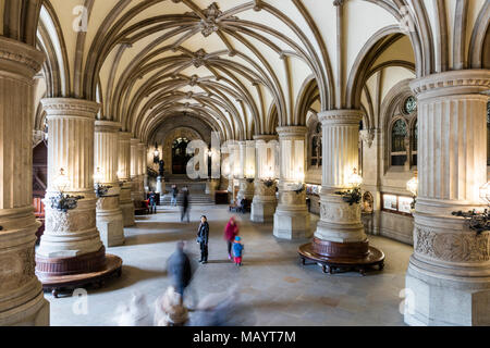 Hamburgo, Alemania. En el interior, el vestíbulo del Ayuntamiento de Hamburgo (Hamburger Rathaus), sede del gobierno local de la Ciudad Libre y Hanseática de Hamburgo