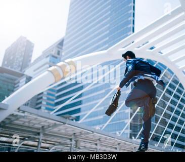 Saltar negocio hombre delante de los edificios