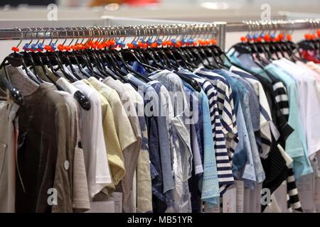 Fila de ropa colgando en el armario o tienda
