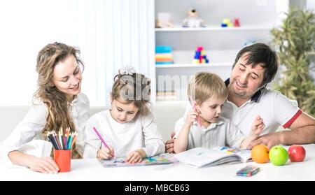 Niños pintando en vivero en casa Foto & Imagen De Stock: 78573783 ...
