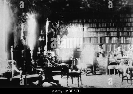 Fantasmas - ESPÍRITU FOTOS El Fantasma de Lord Combermere. Uno de los más famosos de todo espíritu fotografías, esta fue tomada en la biblioteca de la Abadía de Combermere, en el año 1891, Sybell Corbet, un fotógrafo aficionado. La biblioteca estaba vacía cuando se tomó la fotografía (ella permaneció allí durante la larga exposición), aún cuando la placa fue desarrollado, la imagen de un hombre viejo, sentado en la silla de respaldo alto, a la izquierda, fue muy visible. Resultó que en el momento en que la imagen fue tomada, Lord Combermere estaba siendo enterrado en Wrenbury, a pocos kilómetros de la abadía. Se observó que el fantasma había n