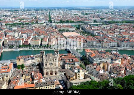 Cathédrale Saint-Jean-Baptiste / Lyon catedral visto desde la parte superior de la basílica de Notre-Dame de Fourvière / Basílica de Notre-Dame de Fourvière, Lyon, Francia.