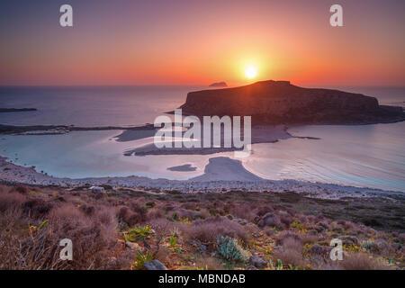 Puesta de sol sobre la isla y la playa de Balos Gramvousa en Creta, Grecia.