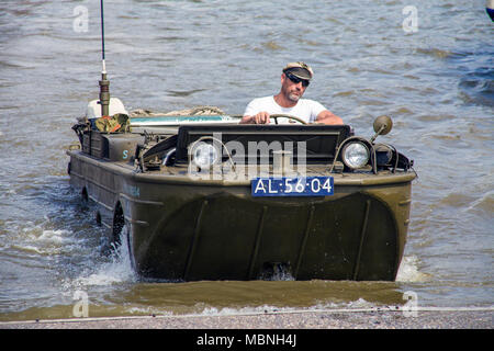 Conducción del vehículo anfibio militar fuera del agua en el río Mosela, Cochem, Renania-Palatinado, Alemania