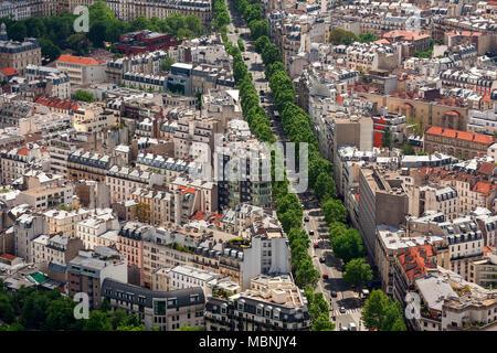 Vista aérea del edificio típico parisino y bulevar con árboles verdes como se ve desde la Torre Montparnasse de París, Francia .