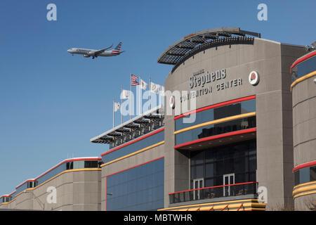 En Rosemont, Illinois - American Airlines a punto de aterrizar en el aeropuerto O'Hare sobrevuela el Donald E. Stephens Convention Center.