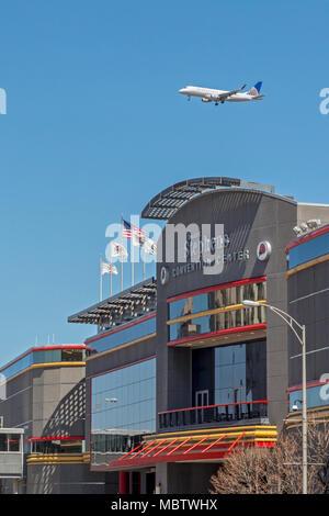 En Rosemont, Illinois - United Airlines jet a punto de aterrizar en el aeropuerto O'Hare sobrevuela el Donald E. Stephens Convention Center.