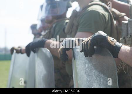 Los Marines de Estados Unidos, con la fuerza de rotación del Mar Negro (BSRF) 18.1, practicar el control de la muchedumbre Non-Lethal formaciones durante un curso de armas a bordo de la Base Aérea Mihail Kogalniceanu, Rumania, 5 de abril de 2018. Infantes de Marina con BSRF 18.1 tren con armas no letales para adquirir competencia en todo el espectro de la escalada de violencia. (Ee.Uu. Marine Corps foto por Lance Cpl. Angel D. Travis) Foto de stock