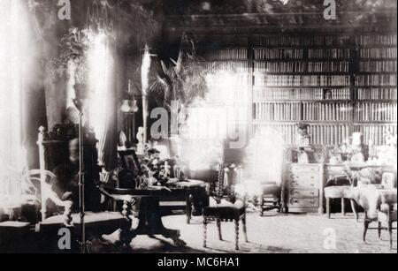 Fantasmas - ESPÍRITU FOTOS El Fantasma de Lord Combermere. Uno de los más famosos de todo espíritu fotografías, esta fue tomada en la biblioteca de la Abadía de Combermere, en el año 1891, Sybell Corbet, un fotógrafo aficionado. La biblioteca estaba vacía cuando se tomó la fotografía (ella permaneció allí durante la larga exposición), aún cuando la placa fue desarrollado, la imagen de un hombre viejo, sentado en la silla de respaldo alto, a la izquierda, fue muy visible. Resultó que en el momento en que la imagen fue tomada, Lord Combermere estaba siendo enterrado en Wrenbury, a pocos kilómetros de la abadía. Se observó que el fantasma no tenía