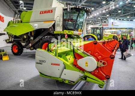 ROSTOV-on-Don, Rusia - Octubre 5, 2016: la cosechadora y diferentes máquinas en exposición agrícola, Rostov-on-Don, Rusia. Esta región ofrece favora