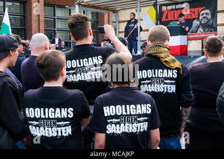 """Dortmund, 14 de abril de 2018: marcha neonazi en Dortmund (Alemania). Los partidos de extrema derecha como el partido 'Die Rechte"""" (Los derechos) exigiendo bajo el título """"DESPIERTA EUROPA Europa blanco' --- Dortmund 14.04.2018: Neonazi-Demonstration en Dortmund. Wie die Parteien Rechtsextremistische Dortmunder Partei 'Die Rechte"""" fordern unter der Überschrift """"EUROPA ERWACHE"""" ein 'weisses Europa"""""""