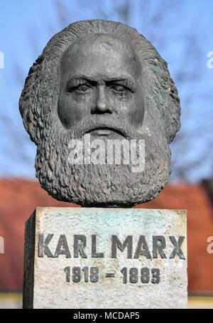 10 de abril de 2018, Alemania, Neuhardenberg: un busto del filósofo alemán, economista y teórico social Karl Marx (Mayo 05 de 1818 - 14 de marzo de 1883) está en pantalla. La ciudad de Neuhardenberg era previoulsy conocido como Marxwalde nombrado después de Karl Marx durante la época de la RDA. Foto: Patrick Pleul/dpa-Zentralbild/dpa