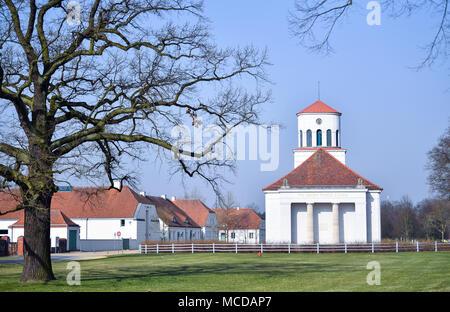10 de abril de 2018, Alemania, Neuhardenberg: vista de la iglesia de Schinkel. La ciudad fue conocida como Marxwalde previoulsy después del filósofo alemán, economista y teórico social Karl Marx (Mayo 05 de 1818 - 14 de marzo de 1883) durante la época de la RDA y cambiarle el nombre a Neuhardenberg después de la caída del Muro de Berlín. Foto: Patrick Pleul/dpa-Zentralbild/dpa