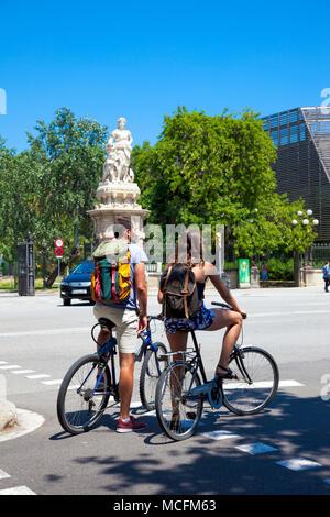Un par de ciclismo en un caluroso día de verano cerca del Parc de la Ciutadella en Barcelona, España