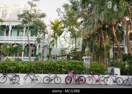 Forro de bicicletas una acera en Key West, Florida.