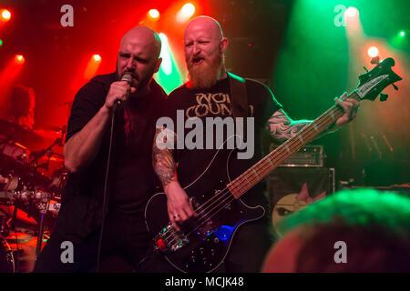 Andre Ellenberger cantante y bajista Ralf García de la banda suiza de metal Piranha Schüür viven en Lucerna, Suiza