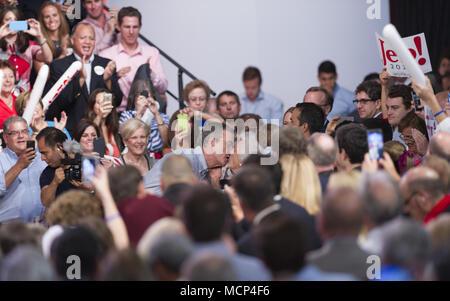 """MIAMI, FL - 15 DE JUNIO: Jeb Bush parece hes alrededor para bloquear los labios con MOM Barbara Bush. El ex Gobernador de la Florida Jeb Bush en el escenario para anunciar su candidatura para la nominación presidencial republicana de 2016 en Miami Dade College - Campus de Kendall Theodore Gibson (Gymnasium), Centro de Salud, el 15 de junio de 2015 en Miami, Florida. John Ellis """"JEB"""" Bush intentará seguir a su hermano y su padre en el más alto cargo del país cuando él anuncia oficialmente hoy que va a correr para presidente de los Estados Unidos. Personas: Jeb Bush, Barbara Bush hoo-me.com/MediaPunch/MediaPunch crédito:"""