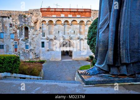 Split ciudad vieja puerta y Grgur Ninski estatua famosa vista de miniaturas, la región de Dalmacia en Croacia Foto de stock