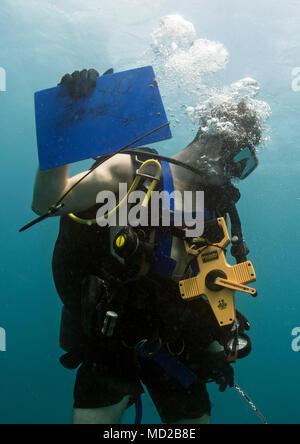 Buzo naval de 2ª clase de Nicholas Barcia-Dimeo, asignado a la Base Naval de Guam Dive Locker, sube al final de una inmersión en el puerto de Apra, cerca de la Base Naval de Guam, 14 de marzo de 2018. El trasplante es parte de un esfuerzo por la Marina para promover la gestión ambiental positiva en toda la región conjunta Marianas. (Ee.Uu. Navy Combat camera photo en masa, especialista en comunicación de 2ª clase de Alfred A. Coffield)