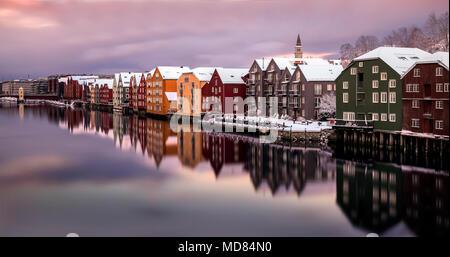 La histórica de madera coloridas casas a lo largo del río Nidelva en Trondheim, Noruega