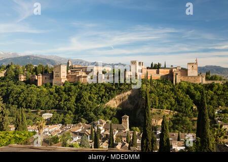 La Alhambra y Sierra Nevada desde el mirador de San Nicolás, Granada, Andalucía, España, Europa