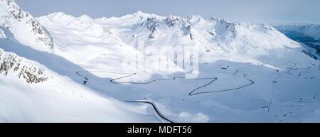 Vista aérea de sinuoso camino a través de las montañas, Kaunertal, Landeck, Tirol, Austria