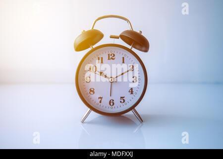 Estilo retro negro analógico reloj alarma muestra 10 horas y 10 minutos