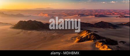 Vista aérea de las dunas de arena del desierto de Namib al amanecer; Sossusvlei, Región Hardap, Namibia