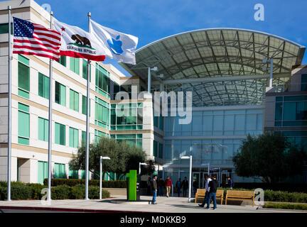 Apple Infinite Loop, Cupertino, California, Estados Unidos de América (USA) - 30 de enero de 2017: Apple stuff y visitantes delante de la sede mundial de Apple