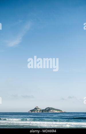 Vista de la isla de Tijucas minimalista visto desde la playa Barra da Tijuca en una hermosa tarde, Rio de Janeiro.