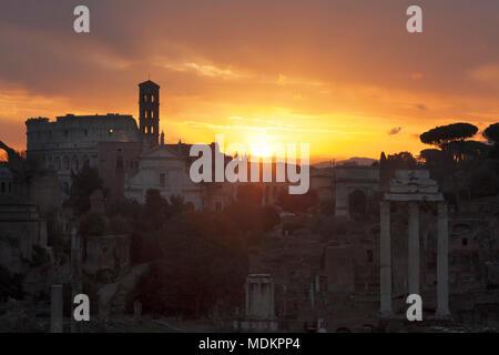 Vista sobre el Foro Romano, el Coliseo, el Foro Romano al amanecer, Roma, Lazio, Italia