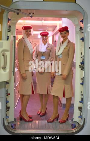 DUBAI, EMIRATOS ÁRABES UNIDOS - Noviembre 22, 2015: Emirates asistentes de la tripulación de cabina a bordo del Airbus A380.
