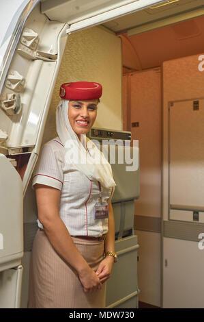 HONG KONG - Noviembre 16, 2015: Emirates asistentes tripulación a bordo del Boeing 777.