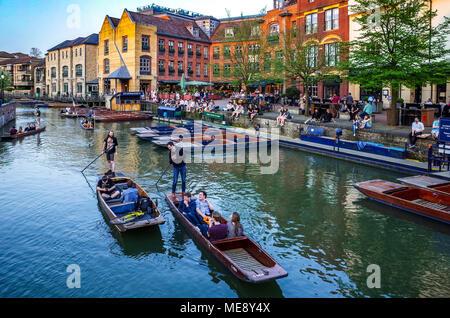 Cambridge - Turismo turistas punt a lo largo del río Cam, junto a la zona de Quayside en Cambridge, Reino Unido.
