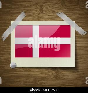 Banderas de Dinamarca en el fotograma sobre textura de madera. Ilustración vectorial