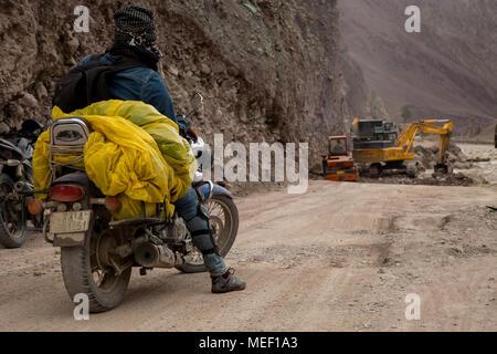 Leh Ladakh es Biker's cielo y en esta foto de un ciclista está a la espera de la reparación de carreteras trabajo para ser terminado, por lo que puede continuar su viaje